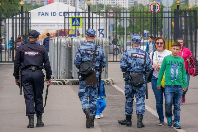 Aux abords du stade Luzhniki, à Moscou, mardi.