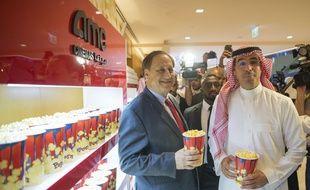 (Photo officielle) du ministre de l'information du pays, accompagné du patron du groupe AMC, le 18 avril 2018.
