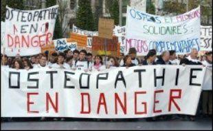 """Plusieurs centaines de personnes, 400 selon la police, 500 selon les organisateurs, ont manifesté dimanche à Paris pour dénoncer la non-publication des décrets d'application de la loi """"Kouchner"""" du 4 mars 2002 reconnaissant l'ostéopathie."""