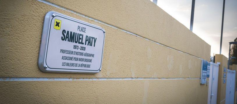 Une plaque hommage à Samuel Paty à Villeneuve-Loubet (Alpes-Maritimes).