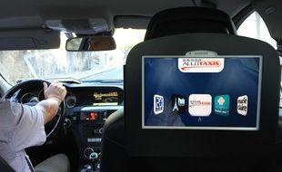 Un écran Mediasize à bord d'un taxi nantais.