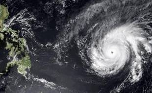 Image fournie par NOAA du super-typhon Maysak se dirigeant vers les Philippines, prise par le satellite MTSAT-2, le 31 mars 2015