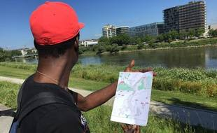 Un jeune migrant isolé avec son dessin.