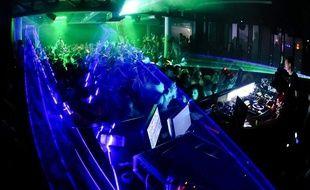 Un DJ et des clubbers. (Illustration)