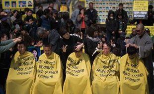 Des proches de passagers décédés dans le naufrage d'un ferry sud-coréen se sont rasé la tête en public, le 2 avril 2015 à Séoul
