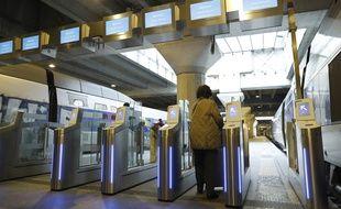 Des portiques d'embarquement en gare de Paris-Montparnasse.