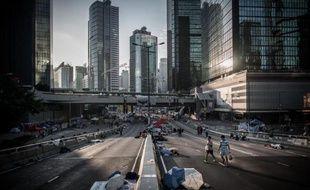 Des manifestants prodémocratie sur une route de Hong Kong au lever du jour, le 10 octobre 2014