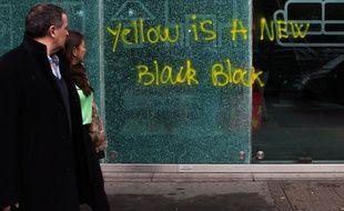 Une vitrine d'un commerce des Champs-Elysées cassée et taguée lors de l'«acte 3» de la mobilisation des «gilets jaunes» à Paris, le 1er décembre.
