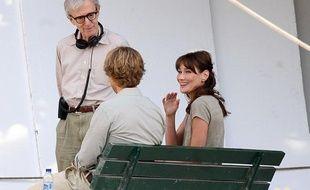 Carla Bruni et Owen Wilson, à Paris, le 28 juillet 2010 sur le tournage de «Midnight in Paris», de Woody Allen.