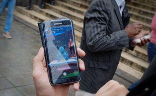 """Un joueur de """"Pokemon GO"""" à Bruxelles."""