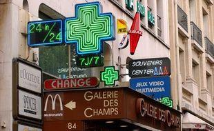 L'Avenue des Champs-Elysees, à Paris, le 31 août 2005.