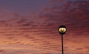 Lampadaire sous un coucher de soleil. Illustration.