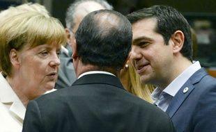 Angela Merkel, François Hollande et Alexis Tsipras discutent avant la tenue du sommet européen sur la Grèce, le 12 juillet 2015, à Bruxelles.