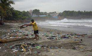 Un pêcheur en République dominicaine, après le passage de l'ouragan Matthew.