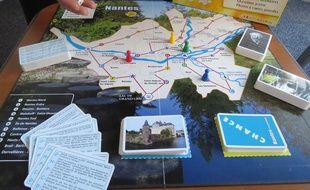 Le jeu de plateau se joue en équipe et avec un dé. La partie débute sur la case correspondant à la commune de son choix.