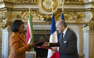 Le ministre français des Affaires étrangères Laurent Fabius et la ministre sud-africaine de l'énergie Tina Joemat-Petterson signent un accord à Paris le 14 octobre 2014