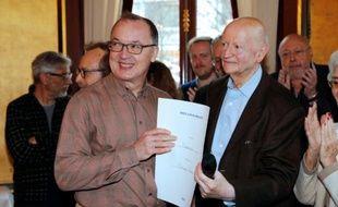 """Le réalisateur Philippe Faucon reçoit le Prix Louis-Delluc des mains de Gilles Jacob, président du jury, pour son film """"Fatima"""" le 16 décembre 2015"""