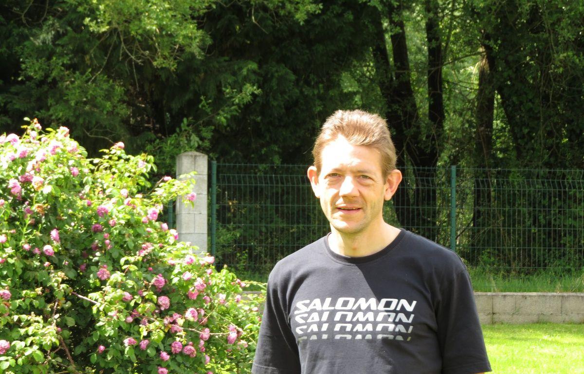 Artigues, le 29 mai 2014 - Christophe Bassons pose dans son jardin – Marc Nouaux / 20 Minutes
