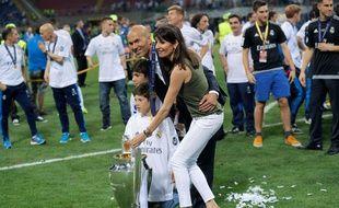 Zinédine Zidane pose en compagnie de sa famille avec le trophée de la Ligue des champions, le 28 mai 2016 à Milan.