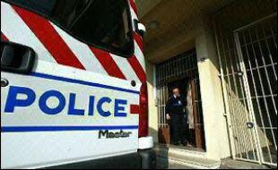 Deux personnes ont été tuées, à l'issue d'une course poursuite avec la police qui avait commencé à Paris, lorsque leur véhicule s'est retourné sur la nationale 20 à hauteur de Bourg-La-Reine (Hauts-de-Seine) dans la nuit de vendredi à samedi, selon une source policière.