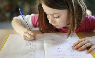 Une petite fille fait ses devoirs