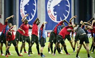 Les joueurs lillois prennent leurs marques lors d'un entraînement sur la pelouse du FC Copenhague, à la veille de leur tour préliminaire en Ligue des champions (lundi 20 août 2012)