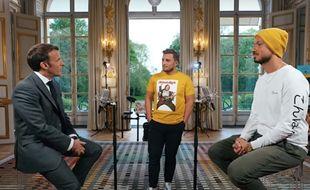 Les Youtubeurs Mcfly et Carlito aux côtés d'Emmanuel Macron.