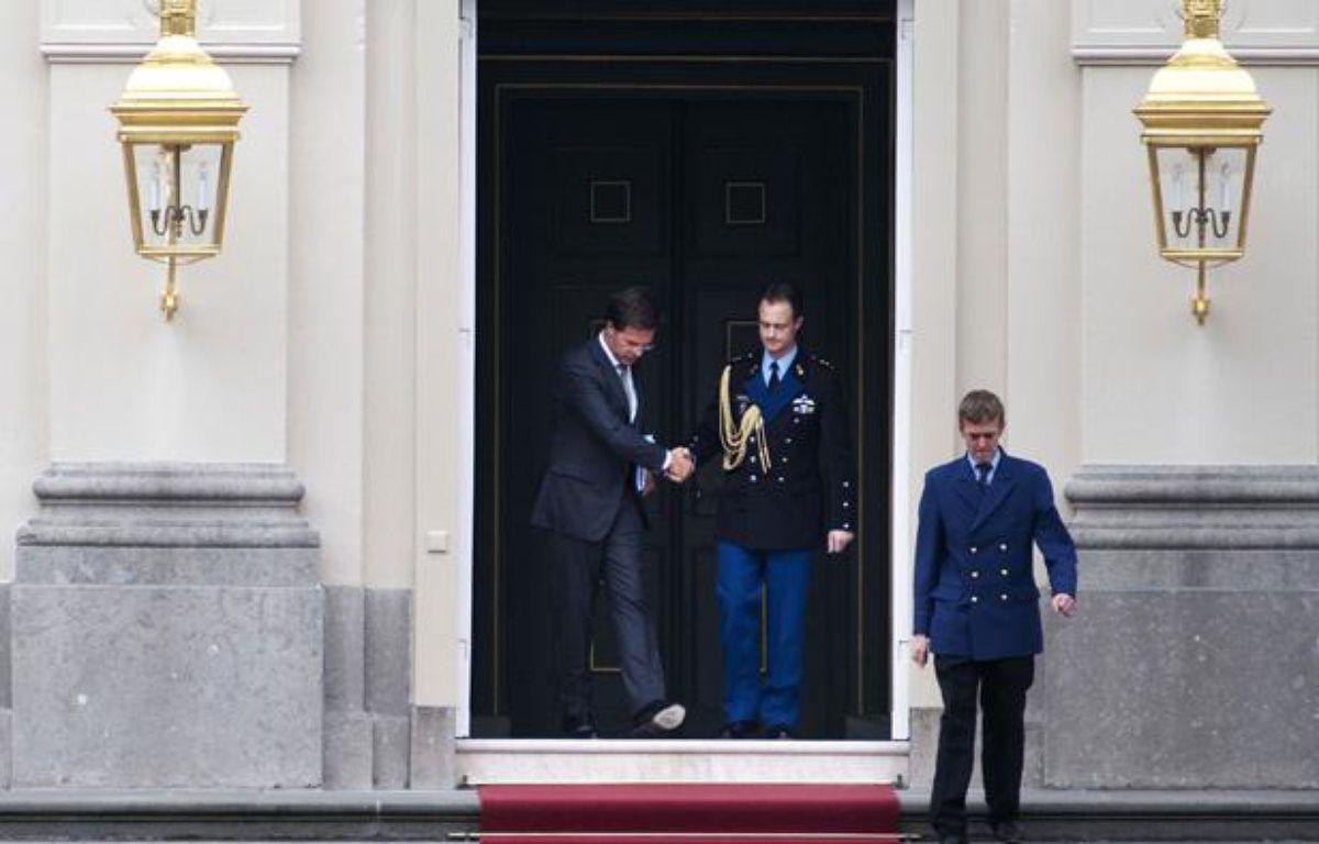 Le Premier ministre néerlandais Mark Rutte quitte le palais royal après avoir présenté la démission de son gouvernement à la reine Béatrix à La Haye le 23 avril 2012. – AFP PHOTO/ ANP ROBIN UTRECHT