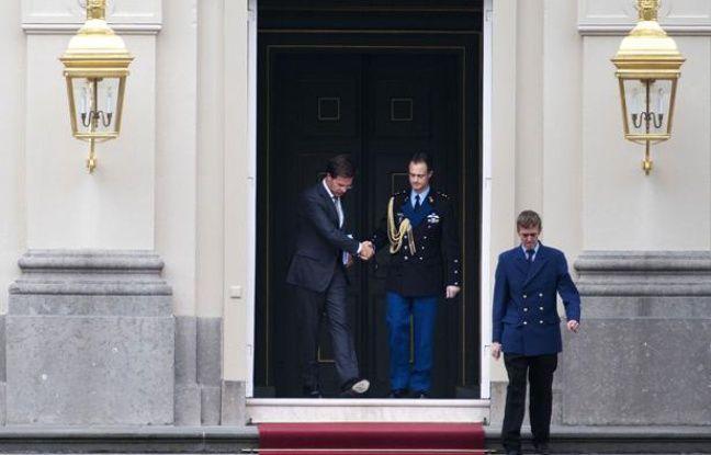 Le Premier ministre néerlandais Mark Rutte quitte le palais royal après avoir présenté la démission de son gouvernement à la reine Béatrix à La Haye le 23 avril 2012.