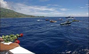 """Sur place, à moins d'un mille du récif avec 800 mètres de profondeur sous son bateau, entouré de toutes les embarcations qui poursuivent encore les recherches, Christian Estrosi souhaite se recueillir et jeter dans l'eau """"les couronnes de fleurs de l'adieu""""."""