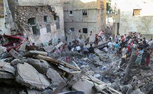 Des habitants au milieu des ruines d'un bâtiment touché par des frappes aériennes le 1er novembre 2015 à Taëz