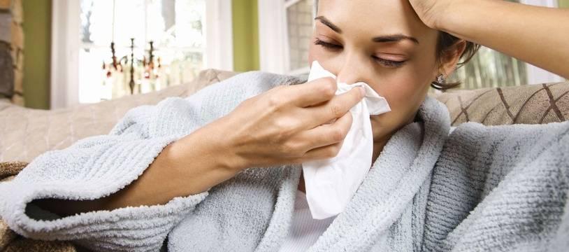 Illustration d'une jeune femme souffrant de la grippe.