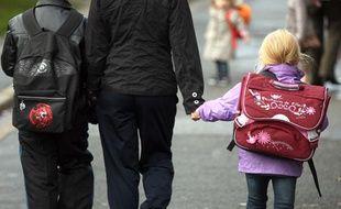 Illustration d'une famille à la sortie de l'école à Lille.