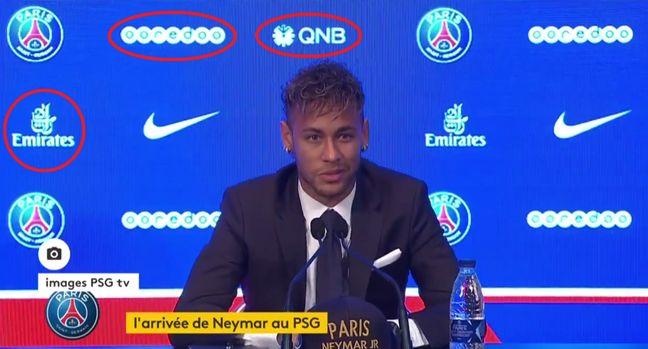 Saurez-vous retrouver les logos des sociétés qataries qui se cachent derrière Neymar ? (ici sur une photo de la conférence de presse à Paris le 4 août 2017).