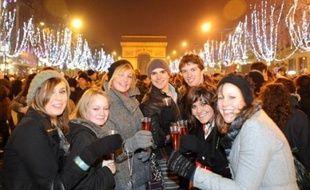 """A Paris, quelque 550.000 personnes, selon la police, se sont rassemblées peu après minuit sur les Champs-Elysées, traditionnel lieu de rassemblement des grands épisodes """"festifs"""" de l'année, dans une ambiance pourtant mitigée voire morose."""