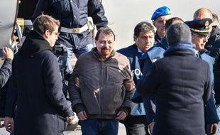 Cesare Battisti à son arrivée à l'aéroport de Rome, le 14 janvier 2018.
