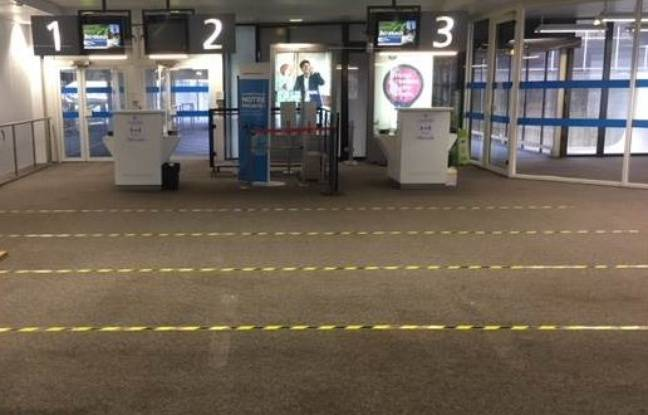 Du marquage au sol a été installé à l'aéroport de Bordeaux, pour faire respecter la distanciation sociale
