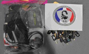 Les clés et le matériel retrouvés lors des perquisitions.