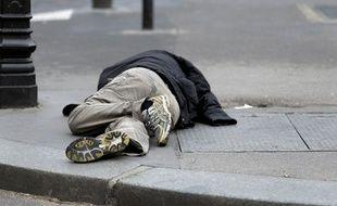 Un homme sans domicile fixe rue de Rivoli, à Paris, en avril 2015
