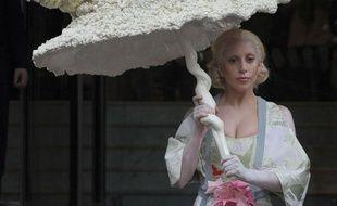 Le jour d'Halloween, Lady Gaga quittait son hôtel, à Londres, sous un immense parapluie coquillage, le 31 octobre 2013.