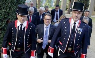 Le président catalan séparatiste Artur Mas s'apprête à déposer une gerbe lors d'une commémoration historique à Barcelone, le 15 octobre 2015