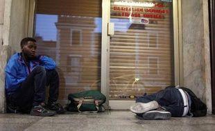 Des migrants se reposent dans la gare de Vintimille en Italie le 6 aout 2013, juste avant de passer la frontière pour aller en France
