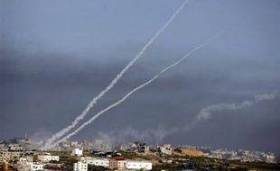 En dépit de la présence des troupes israéliennes sur le terrain, des groupes armés palestiniens ont tiré depuis la bande de Gaza 32 roquettes et obus de mortier depuis samedi soir sur Israël, blessant légèrement une femme, a indiqué un porte-parole militaire israélien.