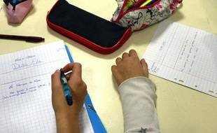Des élèves de collège durant une dictée.