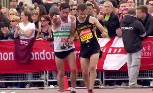 Capture d'écran d'une vidéo de la BBC montrant un coureur du marathon de Londres portant assistance à un concurrent à quelques mètres de la ligne d'arrivée.