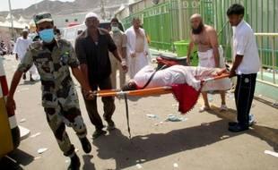 Evacuation d'un blessé après la bousculade meurtrière le 24 septembre 2015 à La Mecque