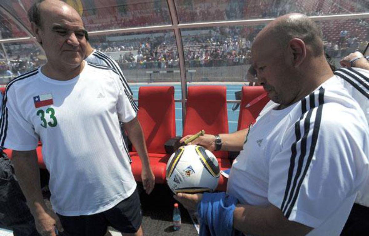 Franklin Lobos (gauche) et Jose Ojeda (droite) deux des mineurs chiliens lors d'un match de foot, le 25 octobre 2010 à Santiago. – AFP
