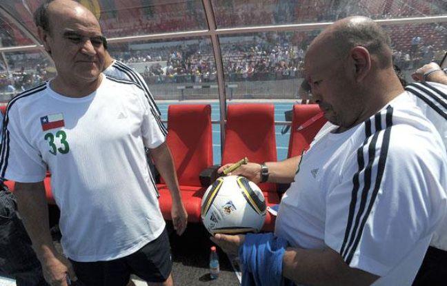 Franklin Lobos (gauche) et Jose Ojeda (droite) deux des mineurs chiliens lors d'un match de foot, le 25 octobre 2010 à Santiago.