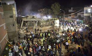 Des secouristes tentent de dégager les décombres de l'école Enrique Rebsaman, à Mexico, le 20 septembre 2017.