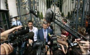 """Philippe de Villiers, président du Mouvement pour la France (MPF), a contesté lundi la """"régularisation massive"""" de familles sans-papiers dont les enfants sont scolarisés en France, décidée selon lui par le gouvernement."""